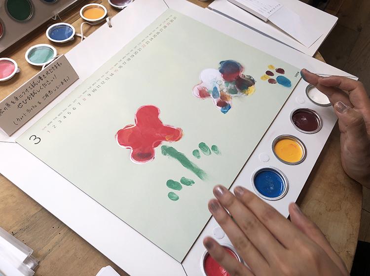 お絵かきカレンダー アトリエミオ 指で描く様子